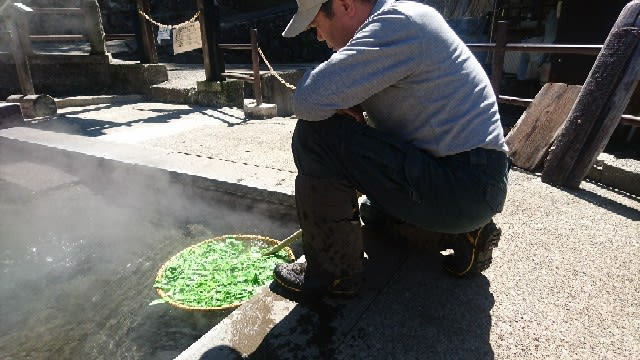麻釜で茹でる「野沢菜の間引き菜」