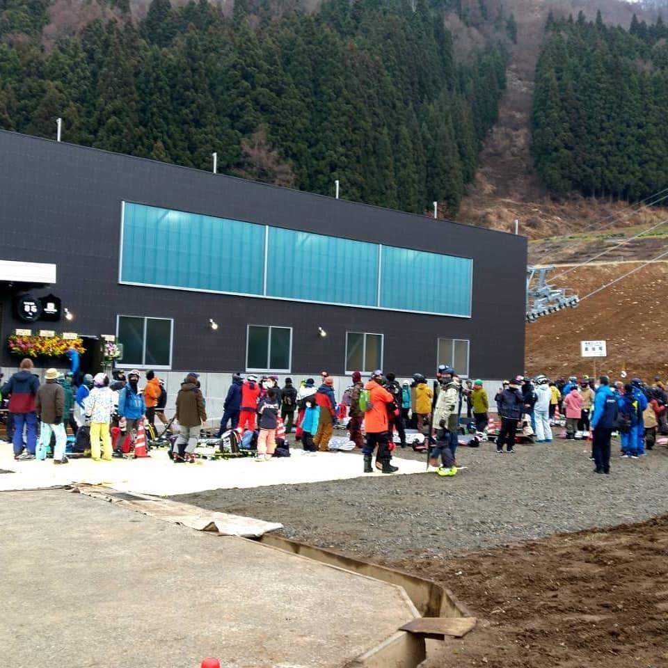 早速お客さまからニューゴンドラの情報を頂きました朝からゴンドラに乗るための行列が出来て、さらに長くなったそうです️ そして、ご当地キャラのナスキー号も健在🤩🤩🤩山頂駅舎からレストハウスまでは、まだ雪が少ないのでちょっと移動が大変だったようですそれでも、スキー場はなかなかの混み具合だったと🤗🤗来週はしっかり雪🌨️マークついに本格的にシーズンインの様です️#野沢温泉 #民宿 #野沢温泉の宿 #野沢温泉スキー場 #山菜 #ゴンドラ #オープン#スキー #野沢菜 #Nozawaonsen (Instagram)
