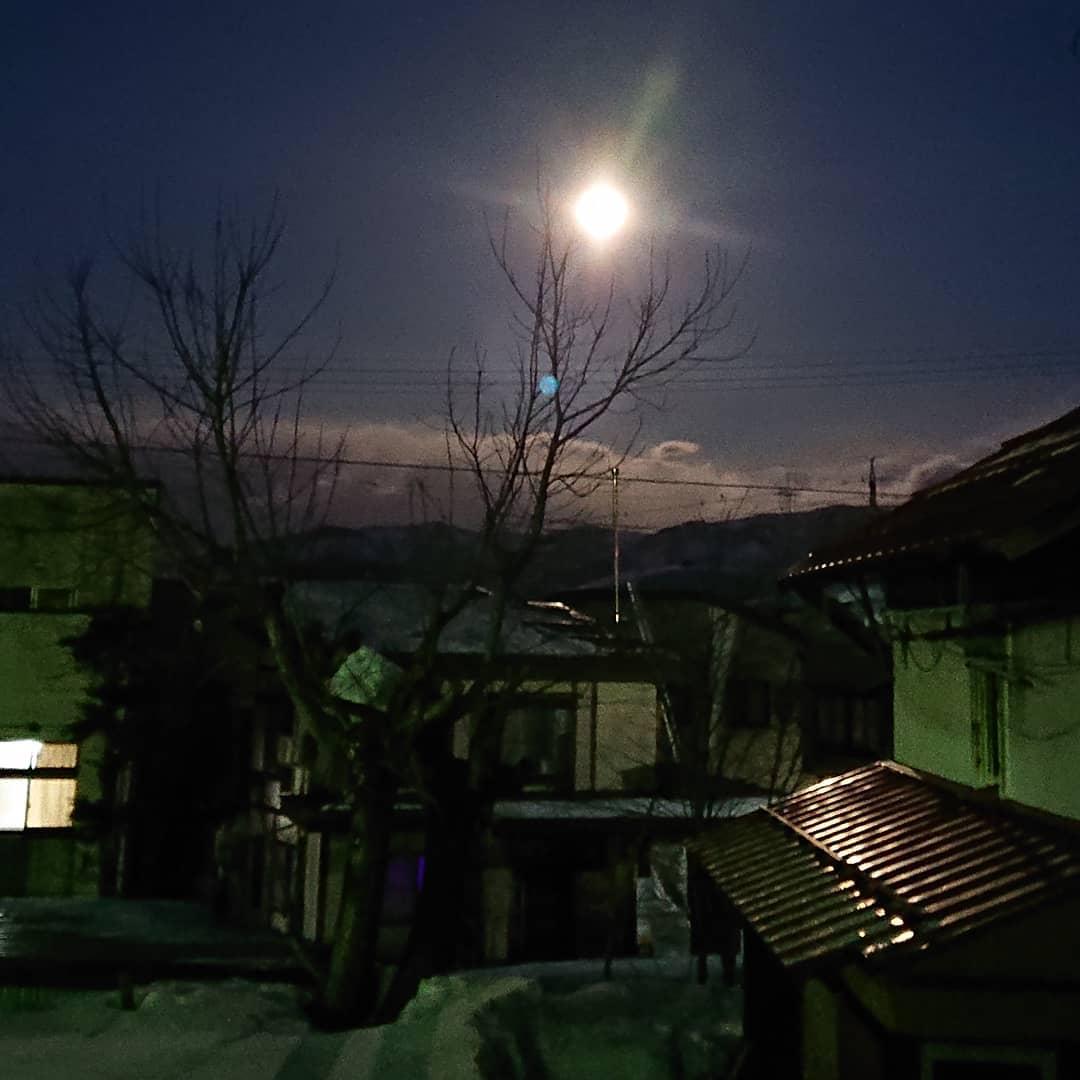 今朝ですお客さまが居なかったので朝寝坊のつもりが・・・ あまりの明るさに何の電気がついてるのかと窓を開けてみると月明かりが目覚ましに結局、5時に起きてしまいました大雪予想の朝にこんなに見事な月を見られてラッキー (Instagram)