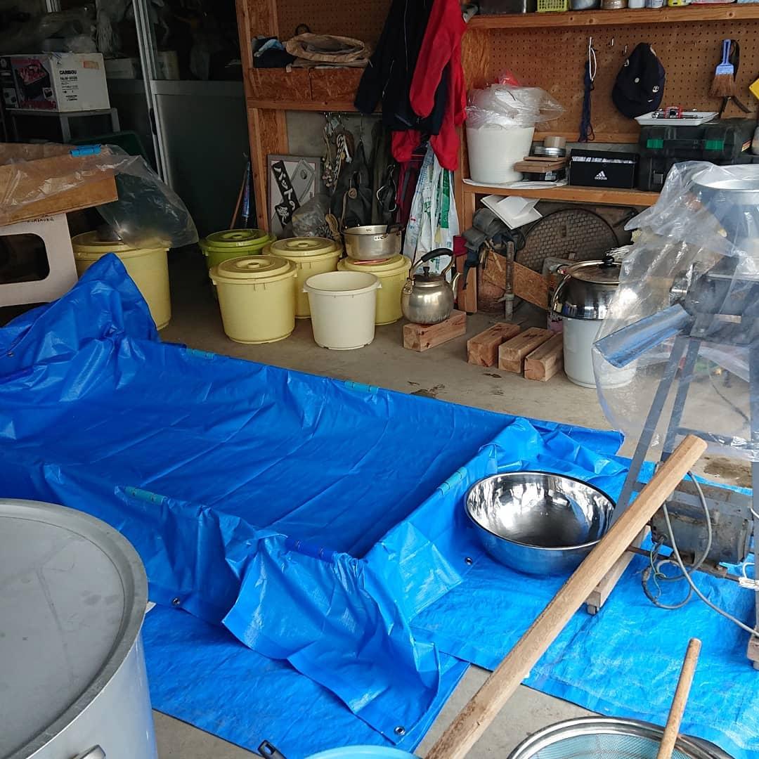 味噌造り初体験  2日目午前9時から作業開始️麹と塩を良く混ぜ、柔らかくなった大豆を引いてペーストに。 大豆が人肌に冷めたら、塩を混ぜておいた麹を入れよ〜く混ぜ、ソフトボール大の味噌玉を作ってしっかり空気を抜きましたこの作業が、とにかく大変でした一番時間がかかりましたなので、ここの作業の写真がありません️手首が・・・明日が心配です(笑)味噌玉を桶に投げ入れ、更にしっかり空気を抜いて、表面に塩を振り、布などを敷いて更に重石を均等に乗せてしっかり蓋をして2ヶ月程冷暗所で。その後、もう一度混ぜ合わせて寝かせるそうです味噌造り、一人ではとても出来ない大変な作業でした️でも、良い経験で楽しく出来ました美味しく出来るかな愛情の魔法をかけますよ️  #野沢温泉 #民宿 #野沢温泉の宿 #野沢温泉スキー場 #山菜 #源六 #げんろく #味噌造り #手作り味噌 #Nozawaonsen  #nozawa (Instagram)